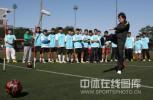 图文-孙继海助阵耐克球员选拔 现场大秀脚法