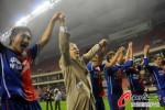 图文-[中超]上海申花3-2陕西中建 与球迷一起庆祝