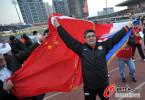 图文-[中超]山东1比1南昌提前夺冠 挥舞国旗庆祝