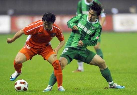 杭州绿城 [中超]杭州1-0青岛 正文    4月15日,青岛中能队球员郑龙(左