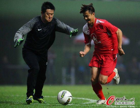 图文-甲a明星赛广州5-0大胜青岛 双方门前单挑