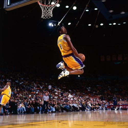 NBA老照片-紫金新人崭露头脚科比背身暴扣成经典