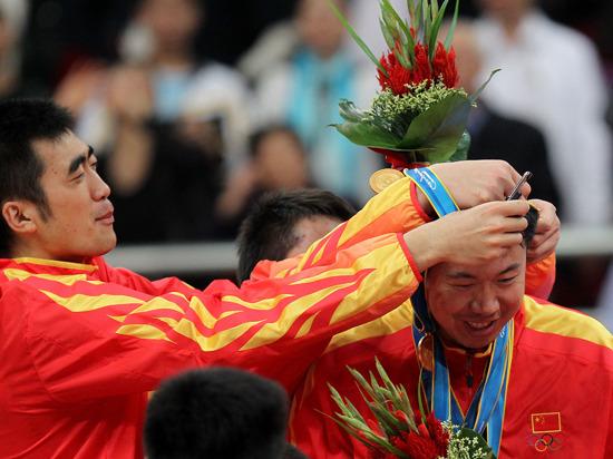 大致在颁奖仪式上被队友挂金牌
