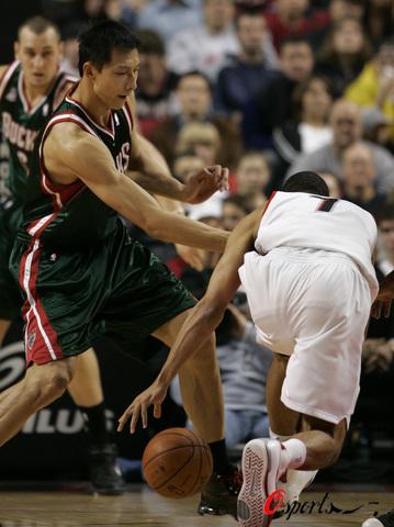 图文-[NBA常规赛]雄鹿vs开拓者阿联积极防守罗伊