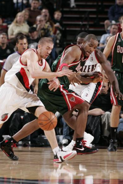图文-[NBA常规赛]雄鹿vs开拓者里德被对手下绊