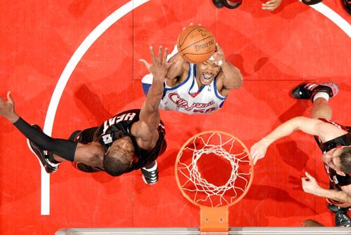 图文-[NBA]热火100-94快船马盖蒂篮下单打韦德