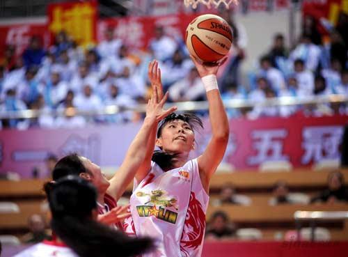 图文-[WCBA总决赛II]八一86-78辽宁陈楠坚决上篮