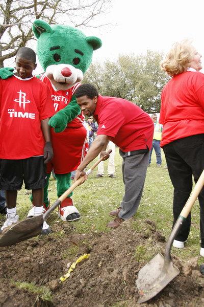 图文-火箭球员参加社区植树活动 布鲁克斯一丝不苟