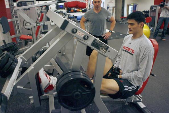 图文-姚明进行力量训练 教练指导单腿力量练习
