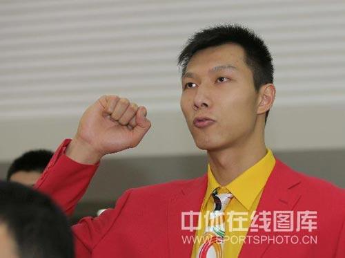 图文-北京奥运会中国代表团成立 阿联握拳宣誓