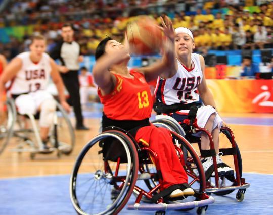 图文-轮椅女篮1/4决赛中国负美国李艳华投篮