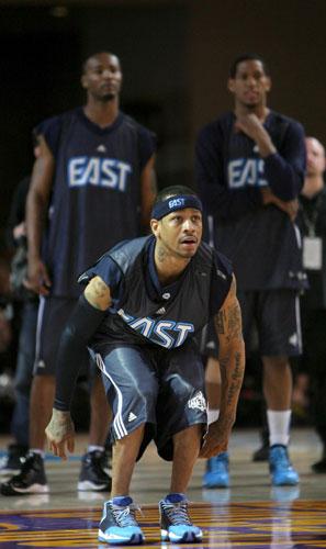 艾弗森专心投篮;   新浪体育讯 北京时间2月15日,2009年nba全明星