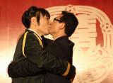 和新郎徐庆华拥吻