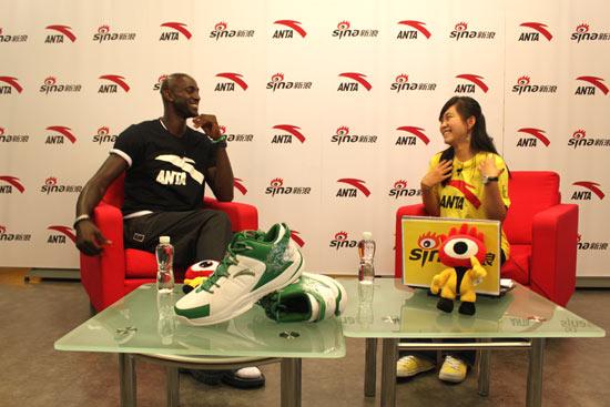图文-安踏签约球星加内特做客新浪与主持人交流