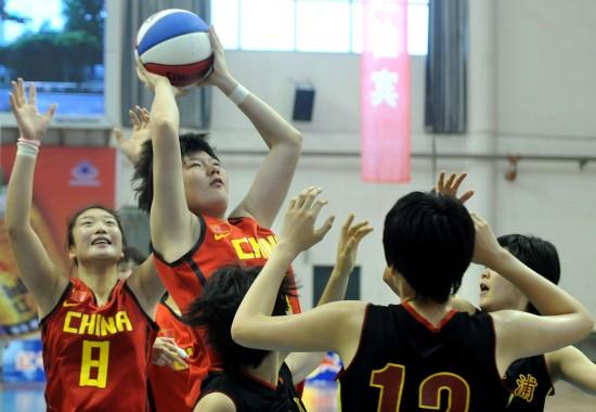 图文-中日韩青少年运动会女篮赛况张逸突破上篮