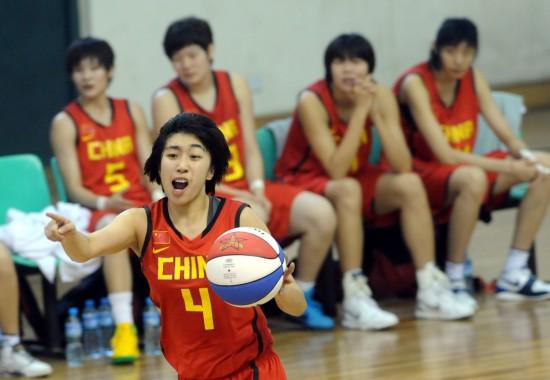 图文-中日韩青少年运动会女篮赛况左佳一组织进攻
