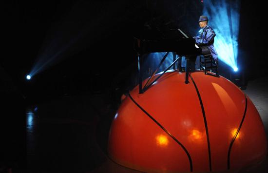 图文-2010世界男篮世锦赛开幕篮球上弹奏钢琴曲