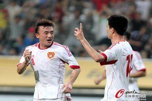 东亚杯-国足两点球+86分钟扳平1-3后3-3逼平日本