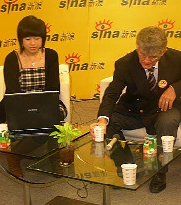 图文-米卢做客新浪畅聊中国足球米卢有些口渴
