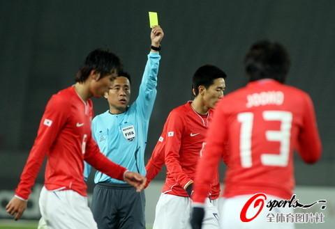 图文-[男足]东亚四强赛国足vs韩国 韩球员吃黄牌