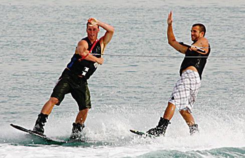 F1摩托艇阿布扎比站赛前滑水表演再添华彩一笔