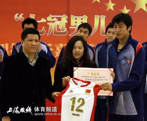 上海男排欢庆7连冠慈善拍卖金牌拍出5万元天价(图)