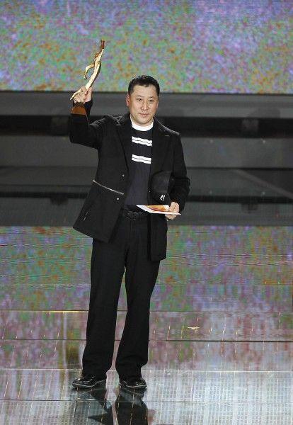 李永波举奖杯