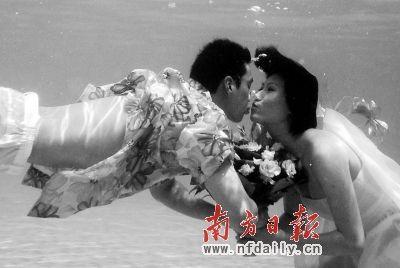 周嘉威与女友水下接吻