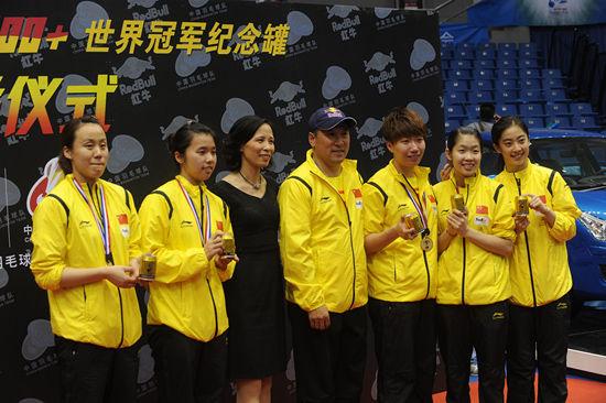 李永波、张琼与5位新科世界冠军合影