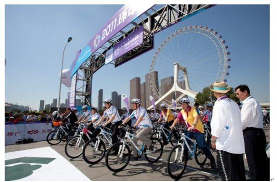 """天津市地标性建筑""""天津眼""""见证2011环中赛最后一站公务员绿色骑行活动"""