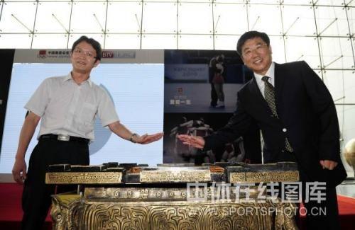 """窦晓东(左)与张海峰以""""击缶""""的特殊形式启动中国奥委会官方宣传片"""