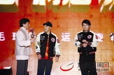 李永波和成龙在台上交谈