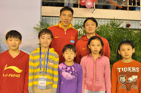 国家体育总局游泳队领队许琦、奥运选手陈祚与朝阳体校获奖小队员合影。
