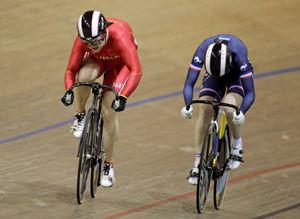中国选手郭爽(左)和法国选手屈埃夫在比赛中