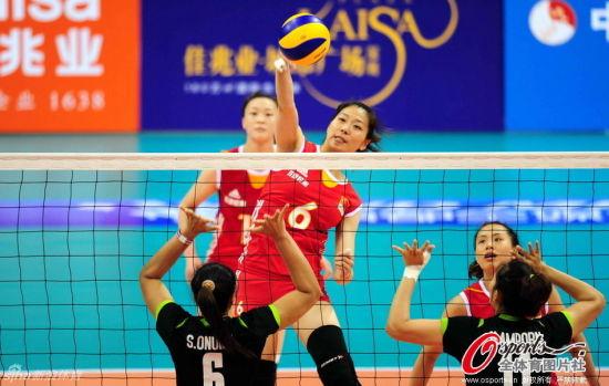 杨�B菁在比赛中快球进攻
