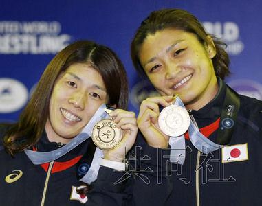 9月11日在塔什干举行的摔跤世锦赛上,日本名将吉田沙保里(左)和伊调馨在各自项目中双双夺冠,笑容满面手持金牌合影。
