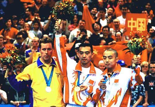 悉尼奥运会男单领奖台,左起瓦尔德内尔、孔令辉和刘国梁
