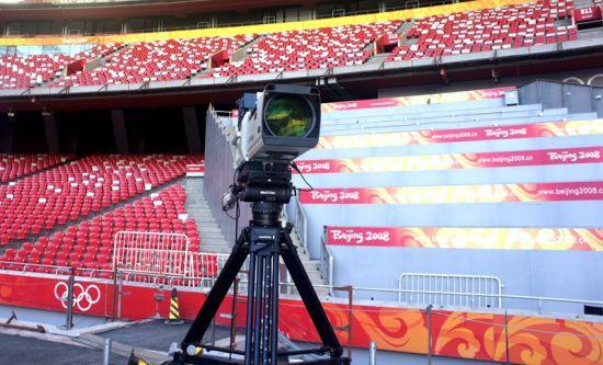 这个摄像机位正对着赛道,其后面的是当天所有到场的媒体记者的观看拍摄席位,观众看到的所有精彩瞬间