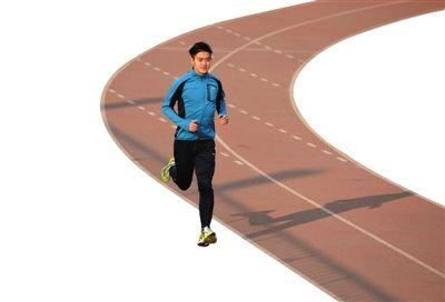 1月23日,天坛体育中心,宫平在寒风中起跑。减肥大获成功后,他痴迷上了跑步。 新京报记者 吴江 摄