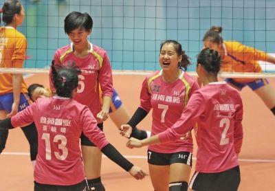 河南女排主攻13号蔡晓晴在2014-2015赛季女排联赛中表现抢眼 (资料图)