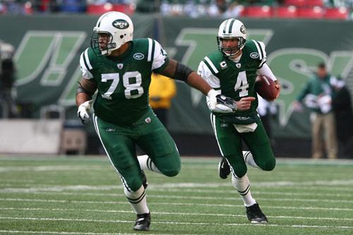 图文-[NFL]比尔27-31喷气机法弗在队友掩护下前进