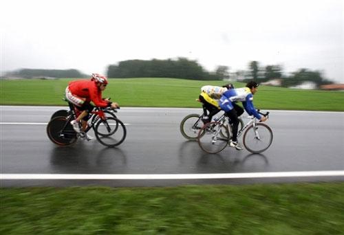 公路自行车世锦赛在奥开幕 选手们冒雨练习图片