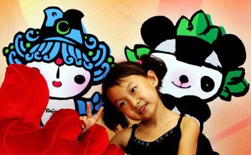 图文-北京市全卡通动漫嘉年华 小姑娘摆出胜利手势