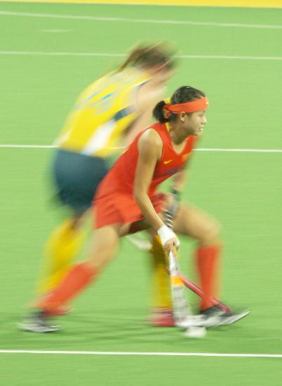 图文-曲棍球国际邀请赛中国获亚军 双方积极拼抢