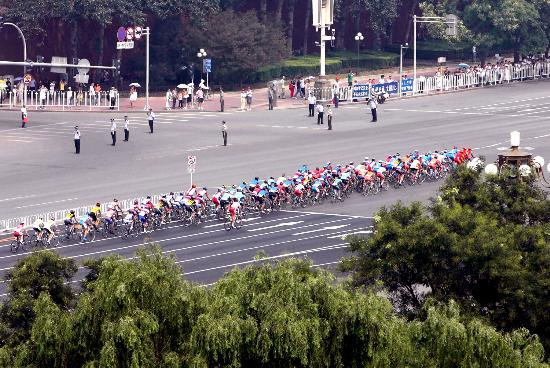 图文-北京国际公路自行车赛 选手在长安街上骑行