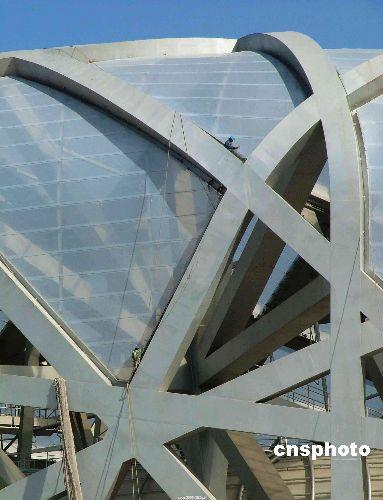 图文-鸟巢最新建设进展 工人在做膜结构扫尾工作