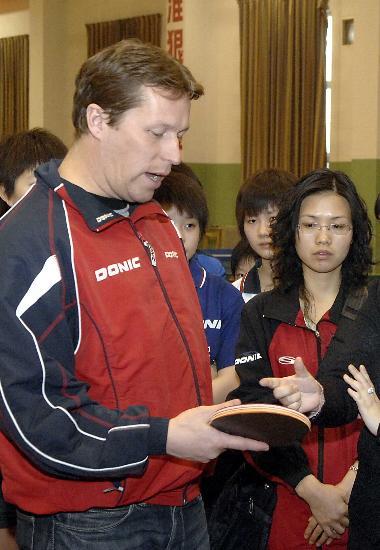 图文-瓦尔德内尔访中原与教练员进行技术交流