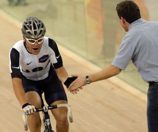 图文-自行车世界杯精彩赛况弗里德曼接受队友祝贺