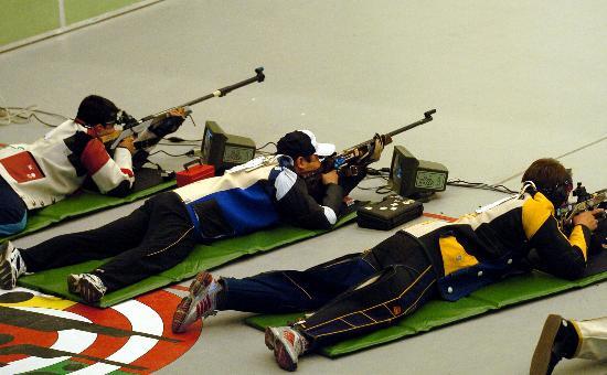 图文-亚锦赛贾占波50米步枪卧射夺冠准备射击