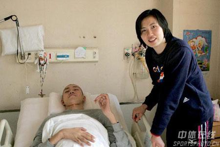 图文-排管中心主任徐利看望汤淼汤淼微笑抬手招呼